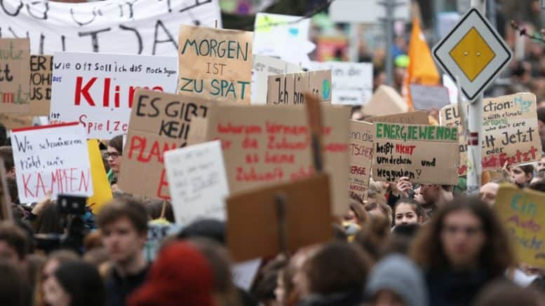 Fridays for Future - Demonstration - Demonstranten - Umwelt - Klimaschutz - Plakate - Banner