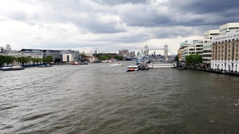 London - London Bridge - Tower Bridge - Brücke - Fluss - Kanal - Boote - Häuser - Großbritannien