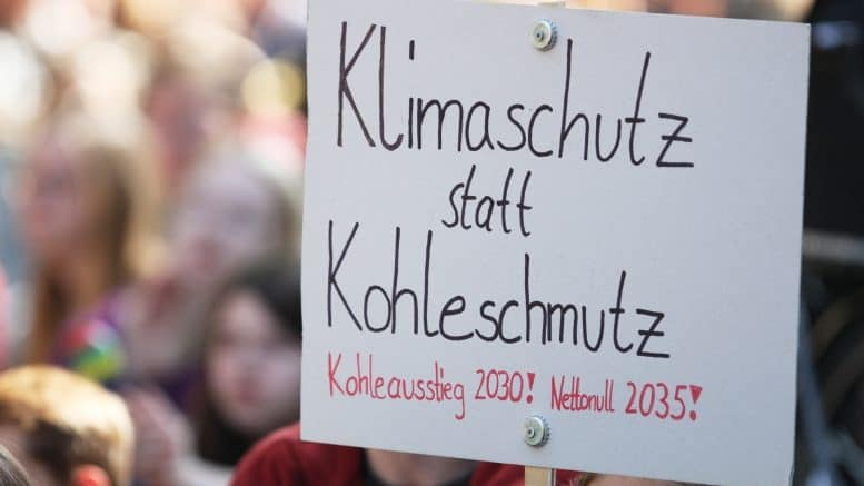 Fridays for Future - Klimaschutz - Demonstration - Protest - Schilder - Personen - Kohleausstieg