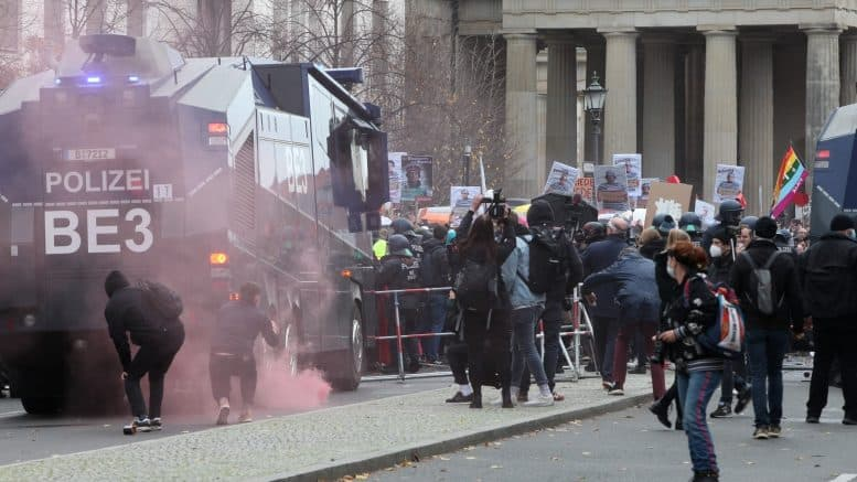 Corona - Demonstration - Protest - Polizei BE3 - Wasserwerfer - Böller - Konflikt - November 2020 - Berlin